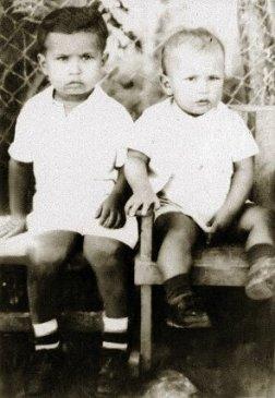 Hugo de niño con su hermano Adán. Nació en el pueblo de Sabaneta, el 28 de julio de 1954. Su madre era de buena cuna, su padre de ascendencia negra africana.