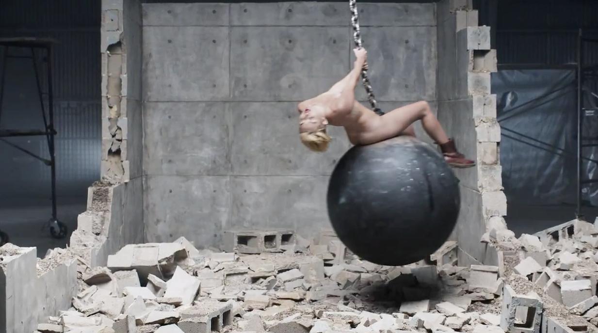 En Su Nuevo Video Se Anima A Un Desnudo Total Mientras Juguetea Con