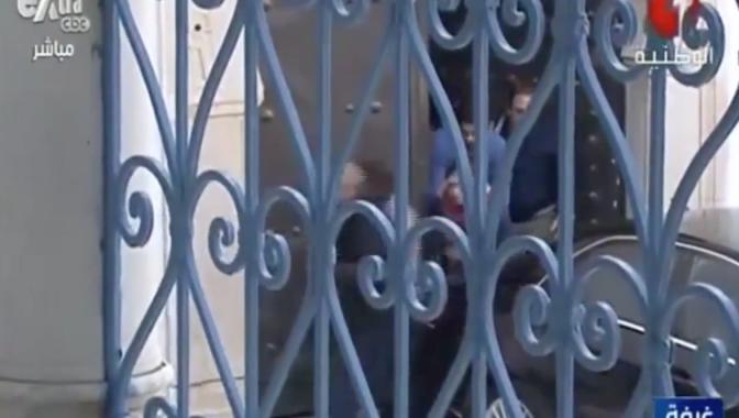 Video: dramática huida de los turistas del museo tunecino atacado por islamistas